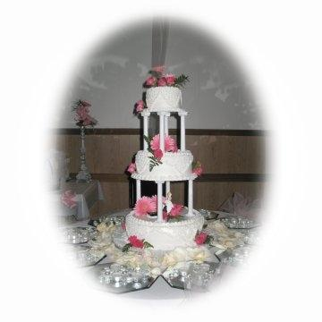 how to stack a three tier wedding cake with pillars stacking a three tier wedding cake thriftyfun 16158