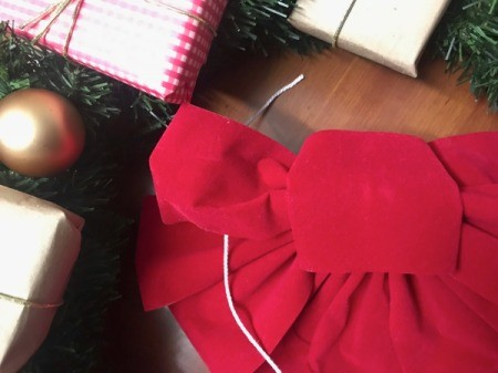 Present Wreath - red bow