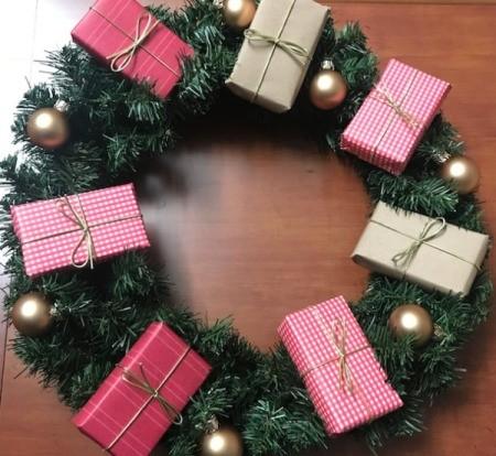 Present Wreath - add ornaments