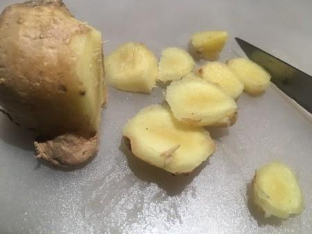 slicing ginger