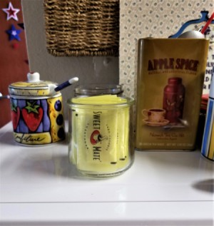 A glass jar with Splenda packets stored inside.