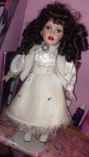 Identifying a Leonardo Porcelain Doll - dark haired doll in long white outfit with vest