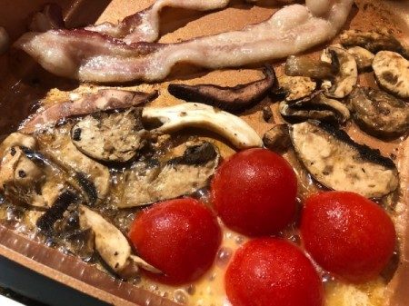 bacon mushrooms and tomato halves in pan