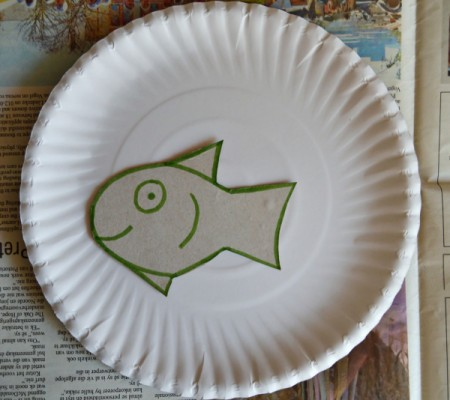 Under the Sea Kids Craft - cut out fish and place on the paper plate