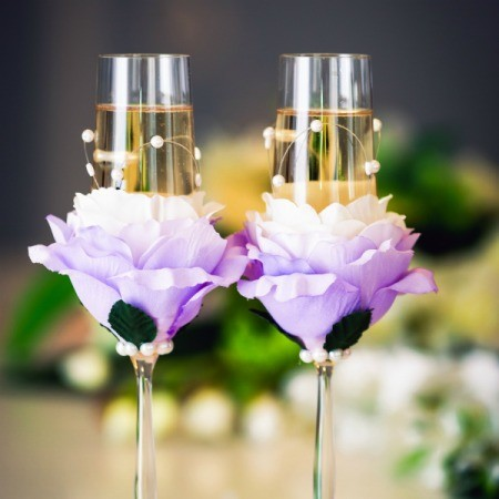 Wedding glasses decorated with flowers and rhinestones.