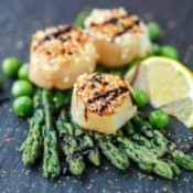 Scallops with sesame seeds, balsamic sauce and asparagus