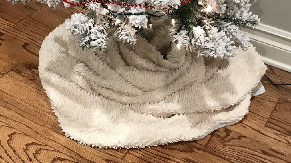 Making a Christmas Tree Skirt   ThriftyFun