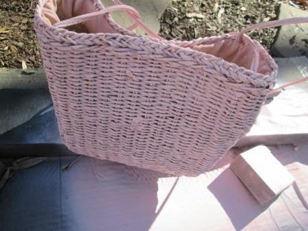 Straw Handbag Planter - spray paint the handbag and allow to dry