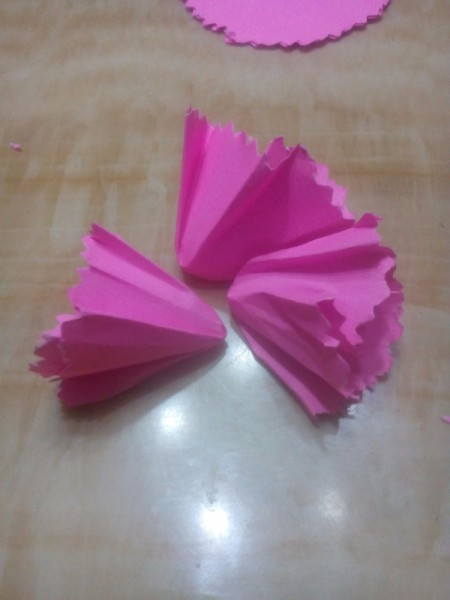 Paper Carnation Wreath - repeat with the other 3 circles