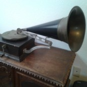 Value of an Antique Crank Phonograph - antique phonograph