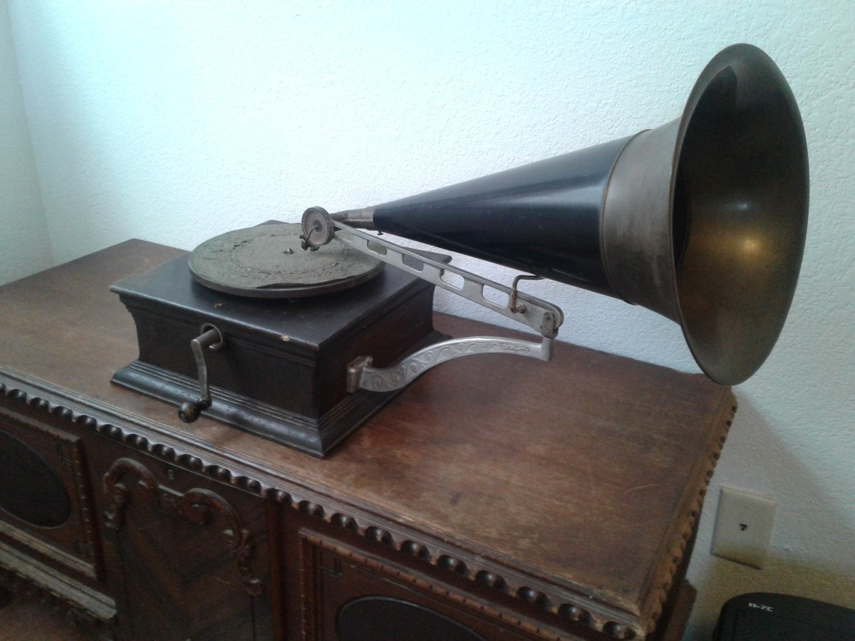 Finding the Value of Antique Record Players | ThriftyFun