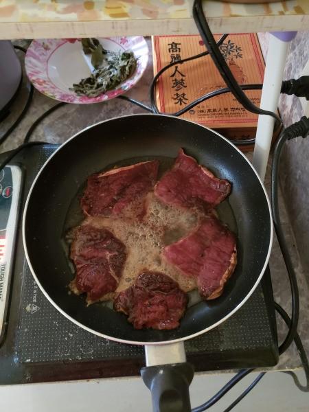 cooking beef in fry pan