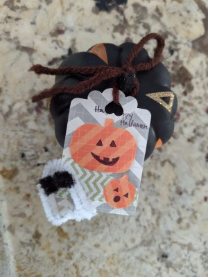DIY Pumpkin and Ghost Halloween Favor Tag - mini pumpkin with tag