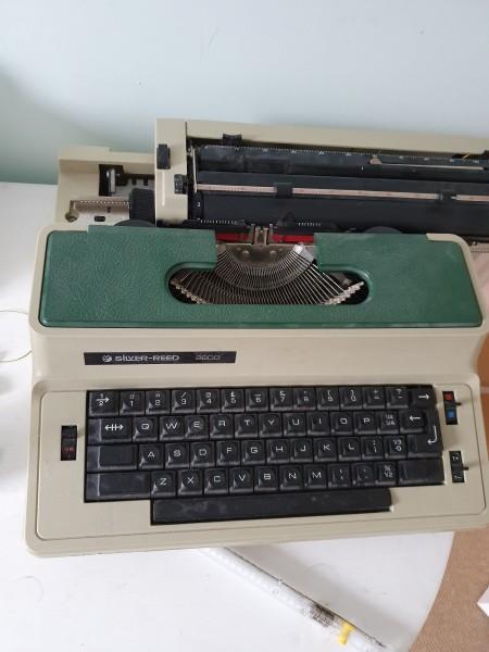 Repairing a Silver Reed 2600 Typewriter - electric typewriter
