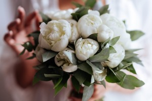 Close up of a bouquet of white flowers.