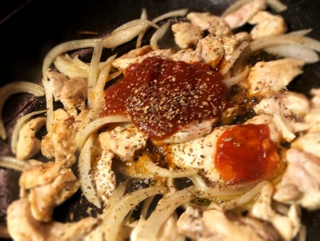 add pizza sauce & spices to chicken