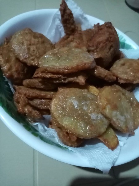 A plate of chicken and mojos.