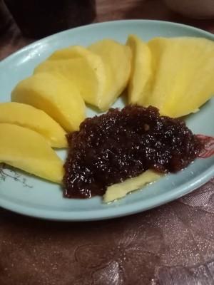 Shrimp paste served with sliced mangoes.