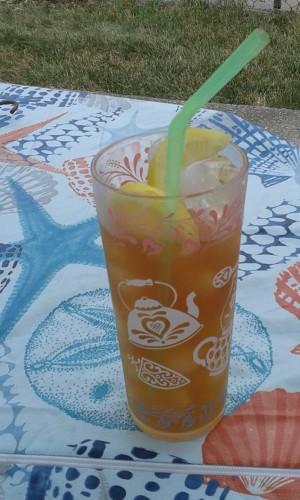Iced tea with lemon slices.