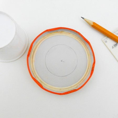 Marking the inner circle on the jar lid.